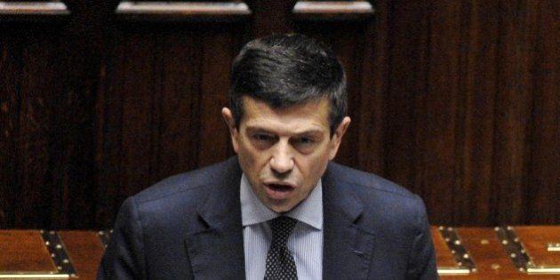 Maurizio Lupi dimissioni, il ministro in Aula alla Camera con due orologi: