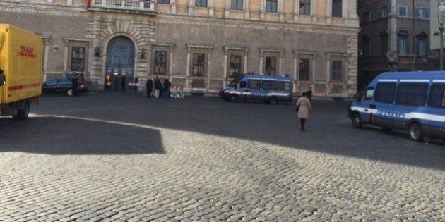 Attentato Charlie Hebdo: tre pattuglie in piazza San Pietro e poco più: Roma non è militarizzata (FOTO,