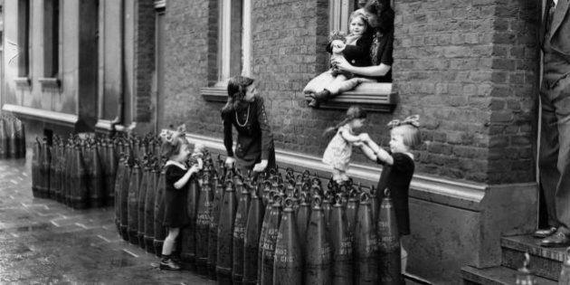 Vivere la guerra e restare bambini. Dai più piccoli una lezione di resistenza. 17 foto storiche dagli...