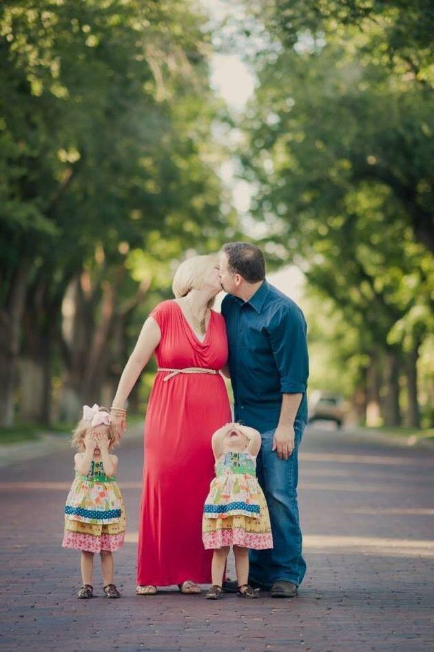 Genitori che si baciano davanti ai figli: tutto l'imbarazzo che si prova in una fotografia