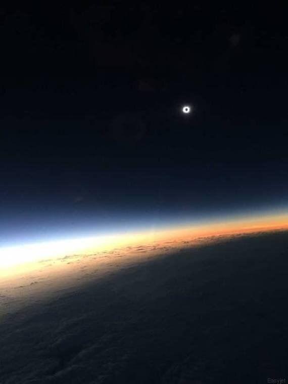 Eclissi solare 2015, la foto più bella è quella dell'EasyJet: sull'aereo il bacio fra il sole e la luna...