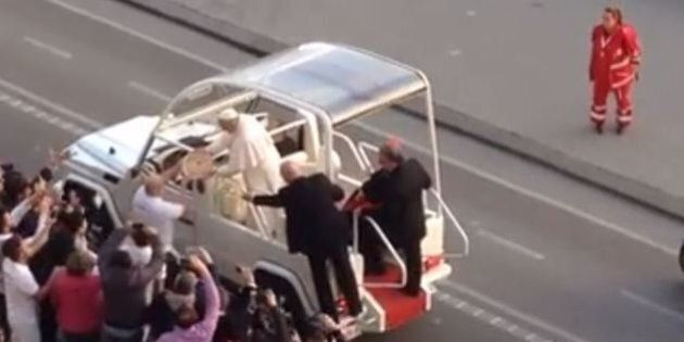 Papa Francesco a Napoli: una pizza presa al volo mentre passa con la papamobile (VIDEO,
