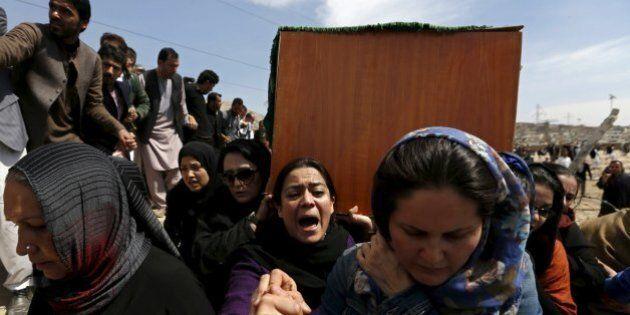 Afghanistan, le donne chiedono giustizia per Farkhunda, linciata e uccisa ingiustamente. Sospesi dal...