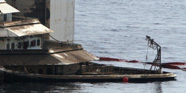 Costa Concordia, sversamento di idrocarburi in mare, poi ripulita l'area. Procede il