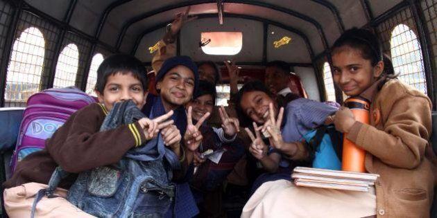 Pakistan, gli studenti della scuola colpita dai talebani tornano in classe: