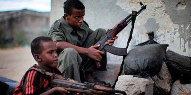 Bambini soldato e kamikaze: nel mondo sono oltre 300mila. Rapiti, violati e costretti a uccidere i loro