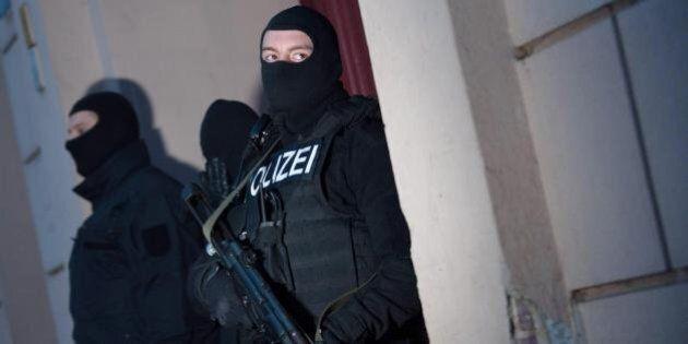 Charlie Hebdo, perquisizioni e una decina di fermi nelle banlieue a Parigi. Scontri all'ambasciata francese...