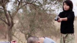 Bambino spara a due prigionieri. L'ultima barbarie dell'Isis in un