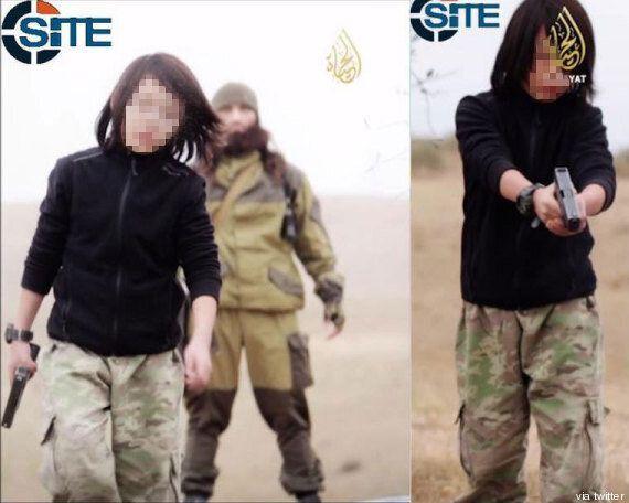 Isis, nuovo video del terrore: bambino spara a due
