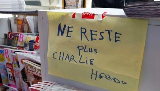 Charlie Hebdo torna e fa il tutto esaurito. Edicole francesi prese