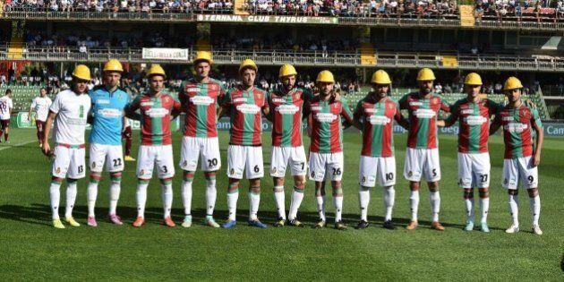 Ternana-Livorno, giocatori in campo con il casco degli operai Ast. Solidarietà dai tifosi del Livorno