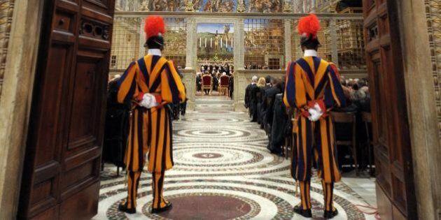 Papa Francesco apre la Cappella Sistina ai senzatetto: visita speciale ai Musei Vaticani per 150 clochard,...