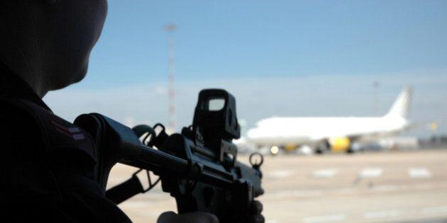 Terrorismo, svolta della Ue: controlli su tutti i passeggeri dei voli. Arriva il pnr, un codice per schedare...
