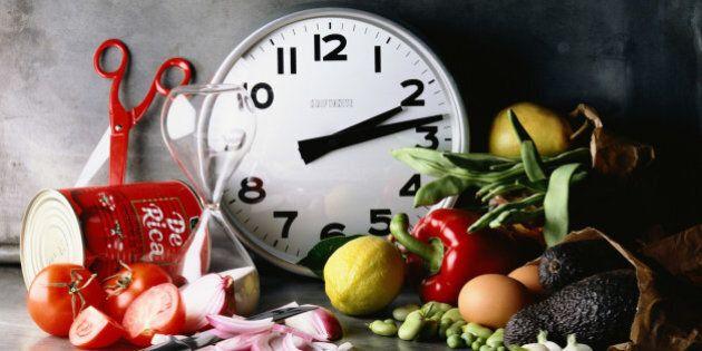 Dieta dell'orologio: per star bene bisogna digiunare per 12 ore al giorno. Lo studio del Salk Institute
