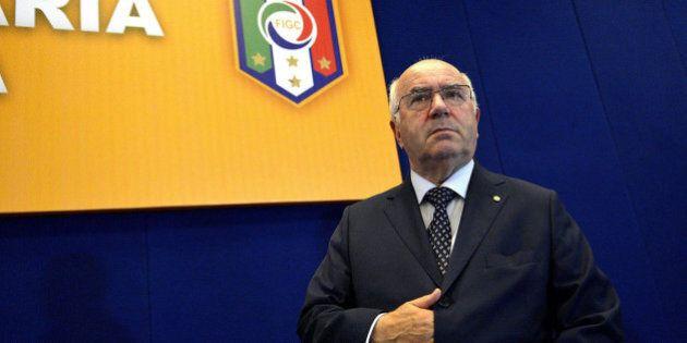 Carlo Tavecchio frasi razziste, anche Fifa e Ue lo scaricano. Ma lui va avanti