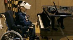 Il bambino disabile suona il piano con gli occhi