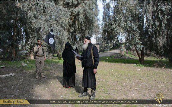 L'Isis getta i gay da un palazzo, crocifigge i ladri e lapida una donna ritenuta adultera: le pratiche...
