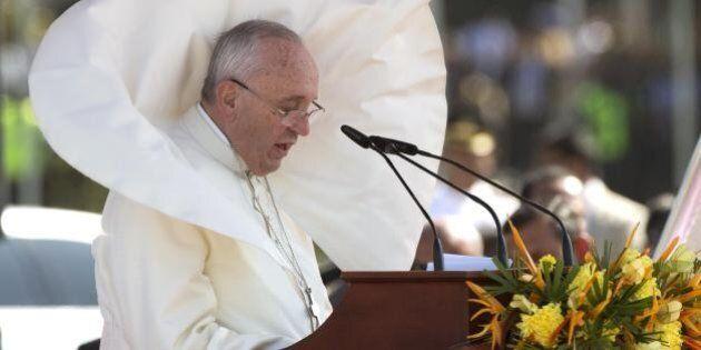 Papa Francesco, Bergoglio rientra dall'Oriente al termine del viaggio in cui è apparso più lontano dall'Occidente....