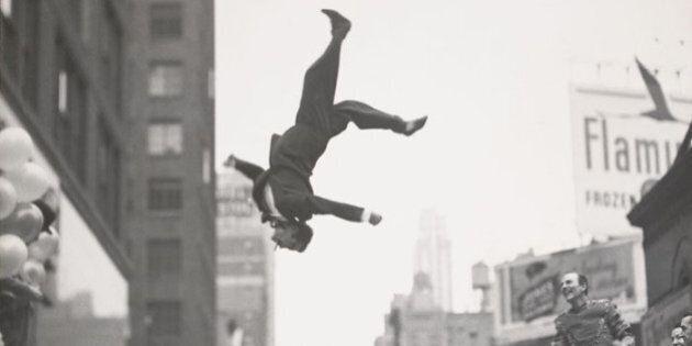 Garry Winogrand in mostra a Parigi. Dal Bronx a Dealey Plaza, il genio inquieto che inventò la street...
