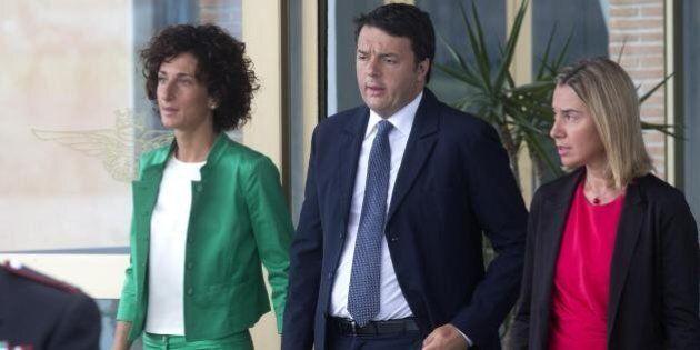 Agnese Renzi, in verde, accoglie Meriam a Ciampino. La first lady in un look curato, ma sobrio