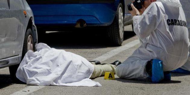 Portici, uomo ucciso in strada. Gli investigatori: