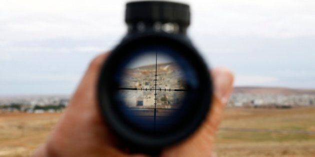 Kobane, battaglia sta logorando l'Isis: jihadisti costretti ad arruolare 12enni. Usa lanciano armi e...