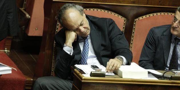 Senatori dormono durante il voto in aula a Palazzo Madama sul disegno di legge Boschi