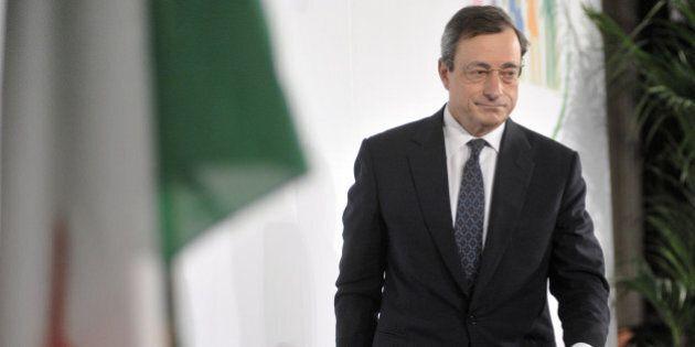 Mario Draghi alla Camera, tra flash e dribbling ai giornalisti: la giornata da rockstar del presidente