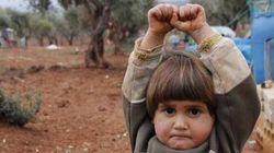 La bimba siriana si arrende. Ma è solo una macchina fotografica