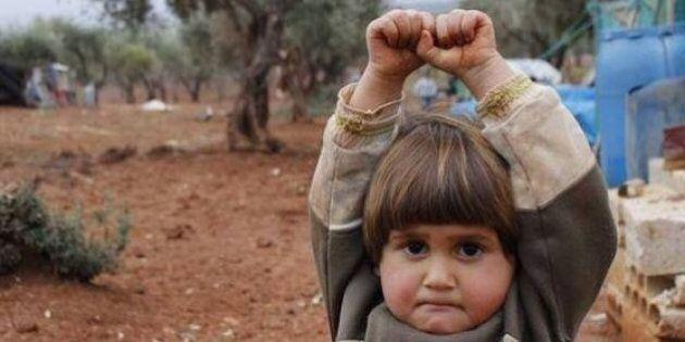 La foto di una bimba siriana che