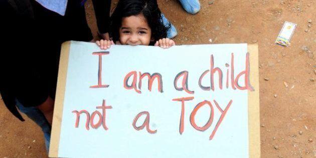 India, bambina violentata e impiccata a un albero. Uno degli stupratori linciato e ucciso dalla folla