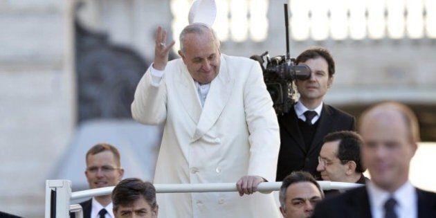 Papa Francesco disobbedisce ai medici, che consigliano movimento e dieta per la sciatica. Ma lui ama...