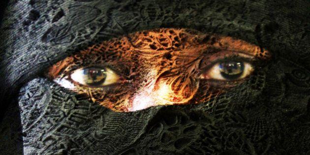 Donna con il velo cacciata dall'Opera di Parigi. Il coro si rifiuta di cantare: legge vieta burqa e niqab...