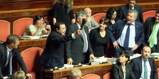 Riforma Senato, caos in Aula. Cori e urla da stadio, la discussione paralizzata per ore. E Piero Grasso...
