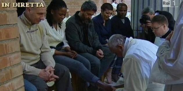 Papa Francesco lava piedi ai detenuti di Rebibbia: tra questi anche l'ex showgirl di Chiambretti