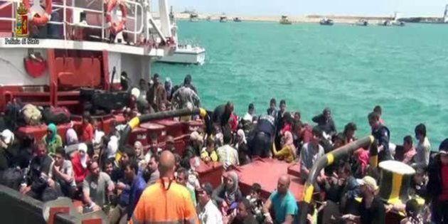 Immigrazione, nuova tragedia nel Canale di Sicilia: 2 morti e 268 superstiti al naufragio sulle coste...