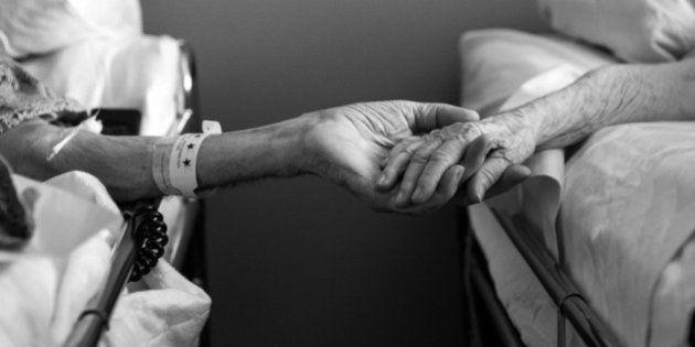 Don e Maxine Simpson muiono mano nella mano.