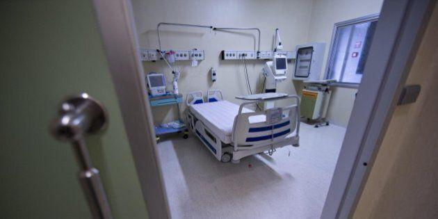 Ebola, medico Emergency in assistenza respiratoria meccanica. Dopo il peggioramento, condizioni