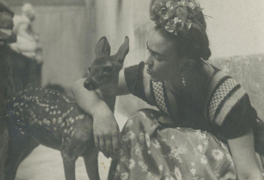 Le incantevoli fotografie vintage di Frida Kahlo che catturano perfettamente la regina del surrealismo