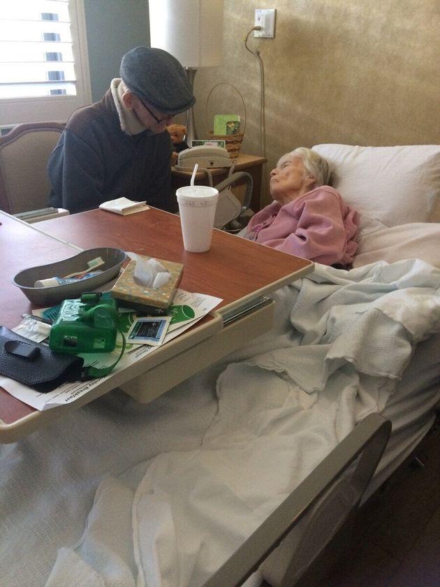 Sono sposati da 60 anni e non possono stare lontani: questa foto è l'esempio di cosa voglia dire amore...