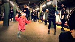La danza contagiosa della bambina dal cappotto