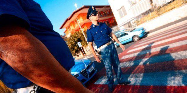 Roma, auto non si ferma al posto di blocco: 8 persone travolte, morta una