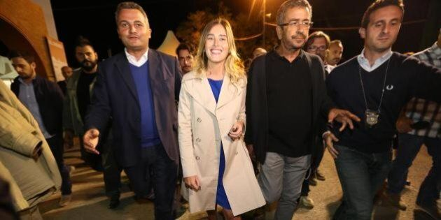 Maria Elena Boschi alla Festa dell'Unità di Bologna: fra palco, cucine e selfie è solo lei la vera star...