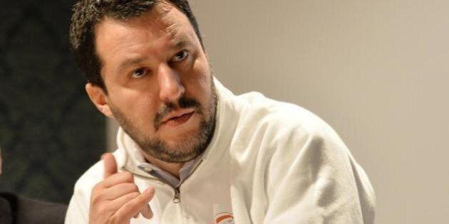 Salvini si mette la felpa con scritto
