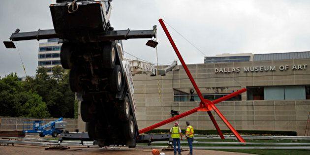 Dallas, gru precipita contro il museo d'arte. Ma tutti pensano che sia una