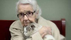 Questa foto cattura il momento in cui una 102enne si innamora di un gatto