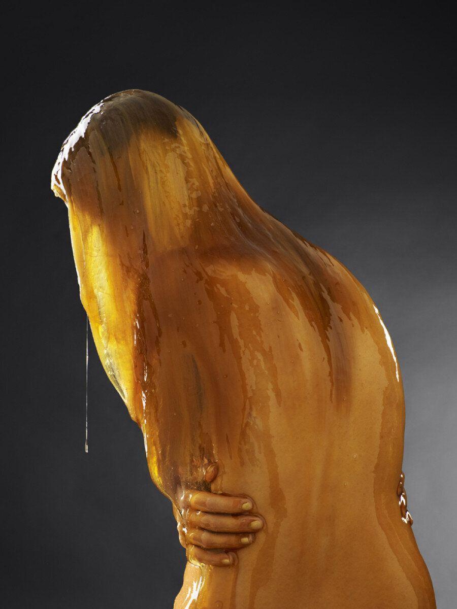 I nudi immersi nel miele sono un'opera d'arte davvero ipnotica (NSFW, VIDEO,