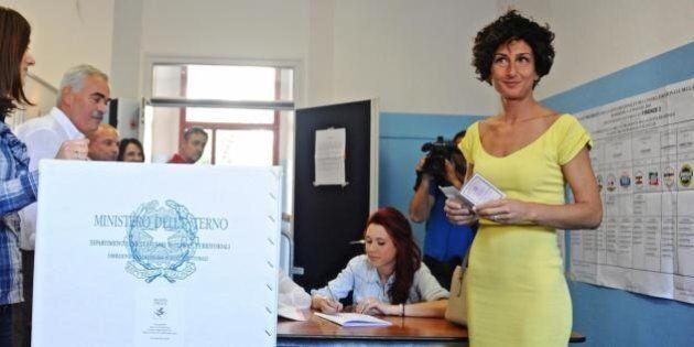 Agnese Renzi nuovo look per il voto alla Regionali. Va al voto con il marito Matteo Renzi