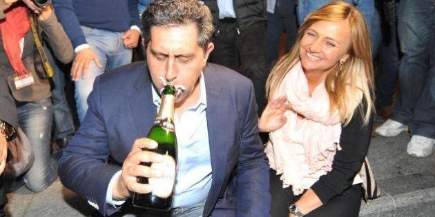 Regionali 2015, la festa: Toti beve della bottiglia, Marini mega selfie, Emiliano fa il segno di