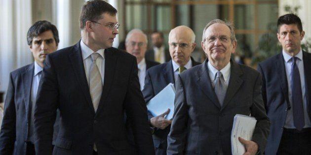 Def, Pier Carlo Padoan incassa da Valdis Dombrovskis il primo sì dell'Europa. Via libera anche per il